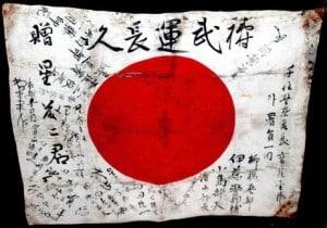 La Campaña de Okinawa, bandera japonesa con los nombres de los soldaos que entraban en combate